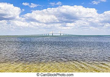 El puente Sunshine Skyway sobre Tampa Bay
