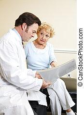 El quiropráctico revisa la historia médica