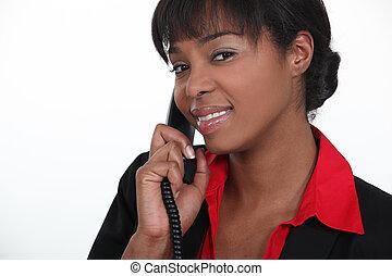 El recepcionista contesta el teléfono