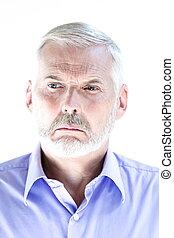 El retrato de un hombre mayor está disgustado