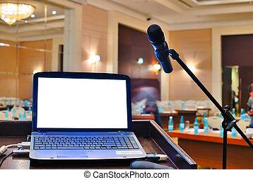 El rostrum con cuaderno esperando a un orador