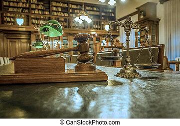 El símbolo de la ley y la justicia en la biblioteca