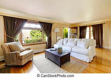 El salón con muebles antiguos