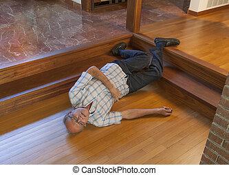El señor se cayó por las escaleras