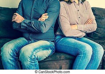 el sentarse detrás, pareja, descontentado, sofá