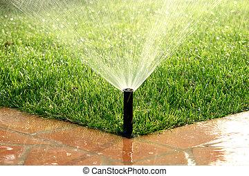 El sistema de irrigación automática del jardín regando el césped