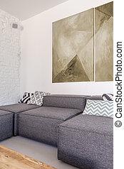 El sofá de la esquina gris en la habitación de moda