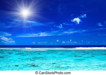 El sol sobre el océano tropical con colores vibrantes