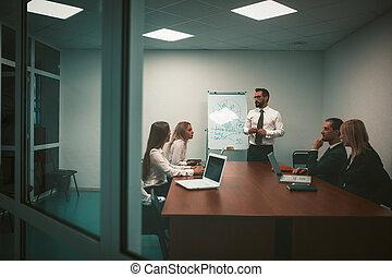 el suyo, empleado, trabajadores, su, tabla, calidad, marker., colega, sentarse, foto, reunión de la oficina, computadoras, workers., proyecto, presentes, alto, tabla, colegas.