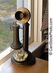 El teléfono antiguo y antiguo, iluminado con luz natural