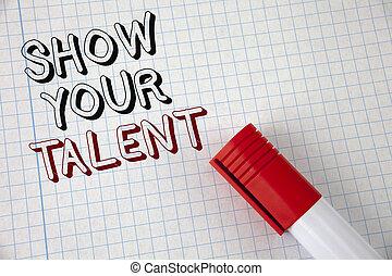 El texto de escritura muestra tu talento. Conceptar significa demostrar habilidades personales aptitudes de conocimientos de aptitudes escritas en el marcador de papel de Noabook al lado. La mejor vista.