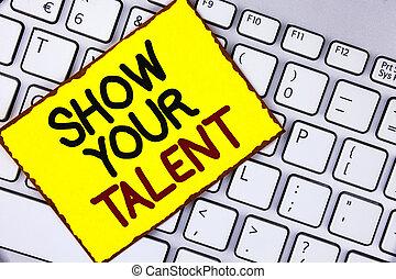 El texto de escritura muestra tu talento. Conceptar significa demostrar habilidades personales aptitudes de conocimientos de aptitudes escritas en papel amarillo pegajosa colocado en la cima.