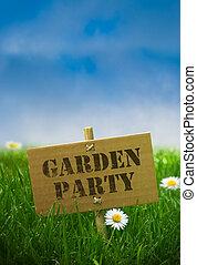El texto del partido del jardín está escrito en un panel de cartones fijado por usar postes de bambú, fondo natural con flores de margaritas hierba verde y cielo azul
