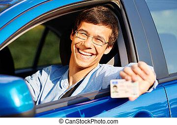 El tipo muestra licencia de conducir desde el auto