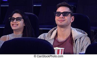 El tipo se sienta entre dos chicas en el cine