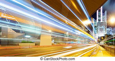 El tráfico en Hong Kong por la noche