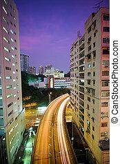 El tráfico está en el centro por la noche