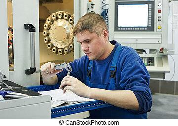 El trabajador mide los detalles
