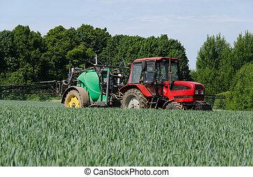 El tractor de maquinaria agrícola funciona en el campo