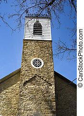El viejo campanario de la iglesia de piedra