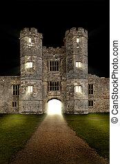 El viejo castillo de noche con las luces encendidas