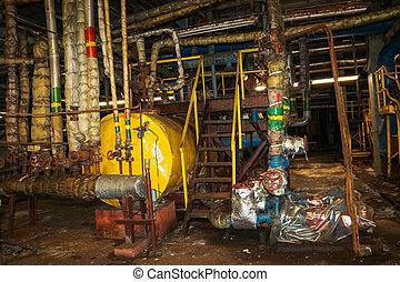 El viejo metal oxidado abandonado mal en equipos de corrosión las tuberías de intercambio de calor bombean en un taller de plantas petroquímicas de refinería industrial