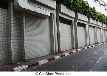 El viejo muro gris y el camino de cemento en el callejón,