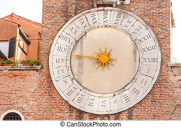El viejo reloj de la iglesia en Venecia
