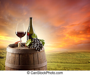El vino tinto todavía vive con el viñedo en el backgorund