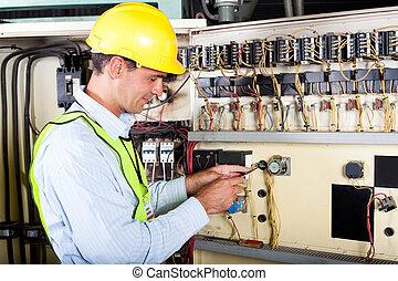 Electrónica cambiando de máquina industrial