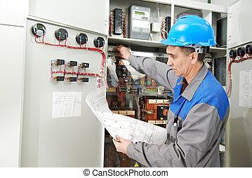 Electrónica trabajando en la central eléctrica