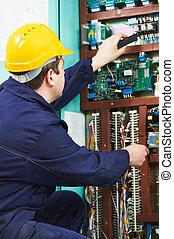Electricista comprobando la corriente de la línea eléctrica