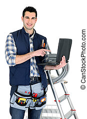 Electricista con portátil y escalera