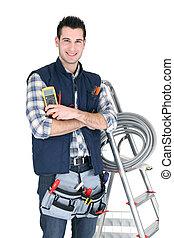 Electricista con una caja de herramientas