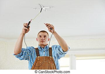 Electricista en el trabajo de cableado