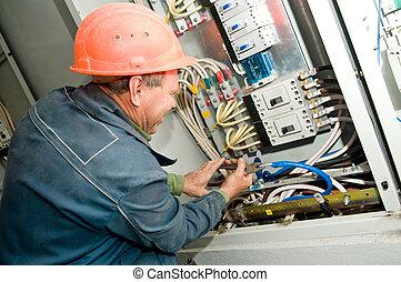 Electricista en el trabajo