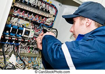 Electricista en voltaje ajustando el trabajo