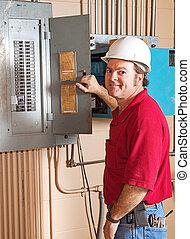 Electricista industrial en el trabajo