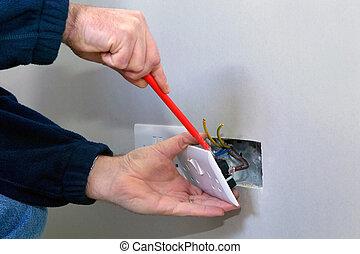 Electricista instalando un enchufe
