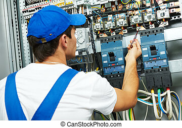 Electricista revisando voltaje