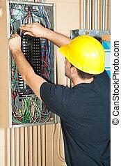 Electricista trabajando en el panel eléctrico