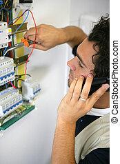 Electricista trabajando en el tablero de fusibles