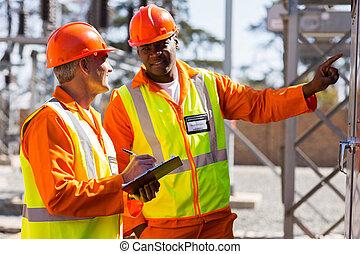 electricistas industriales tomando lecturas de máquinas
