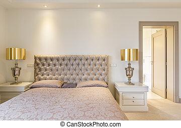 Elegante dormitorio principal con cama