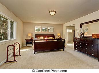 Elegante dormitorio principal con marco de cama de madera.