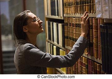 Eligiendo abogados en la biblioteca de leyes