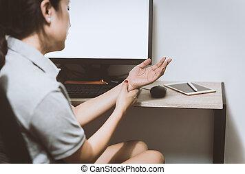 ella, mujer, computer., síndrome, lesión, muñeca, oficina de trabajo, teniendo