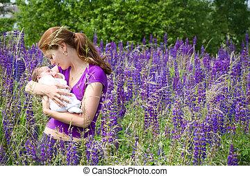 ella, púrpura, joven, recién nacido, campo, madre, bebé, lupines