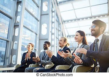Emocionado público de negocios