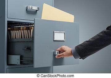 Empleado de oficina buscando archivos